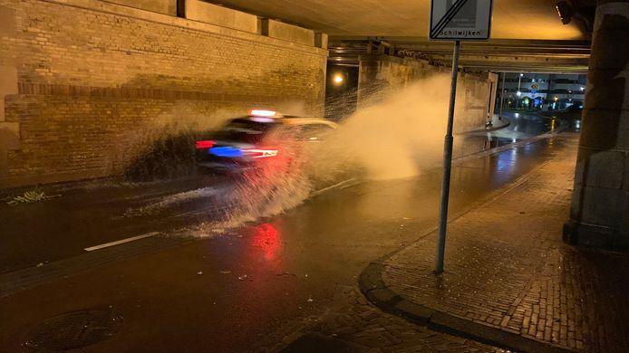 Auto door het water in Deventer.