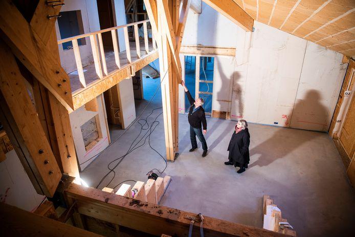 De nieuwbouw van het afgebrande deel van Aventurijn in vordert, tot vreugde van schoolleider Hannah de Vos (rechts) en architect Michaël de Vos.