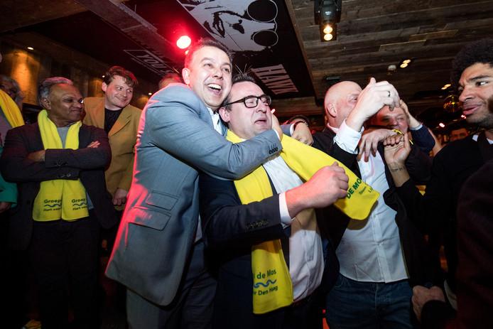 Rachid Guernaoui (links) omhelst Richard de Mos op de uitslagenavond.