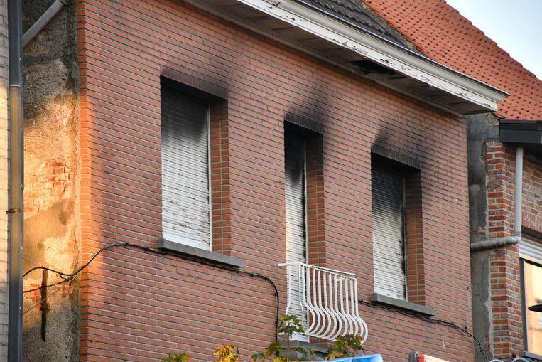 De woning liep heel wat rookschade op.