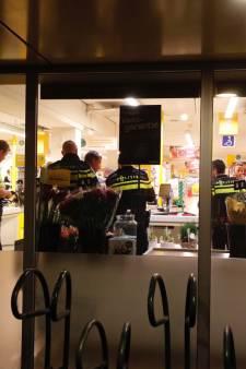 Politie deelt videobeelden van overval op Jumbo in Veldhoven waarbij personeel met mes bedreigd werd