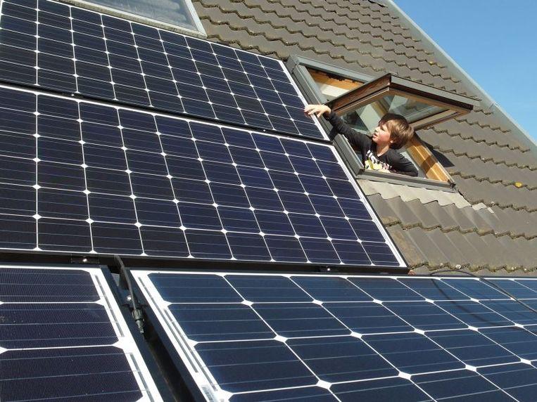 Een combinatie van oost-westgeoriënteerde panelen en een thuisbatterij is volgens Dirk Coenen de beste oplossing om straks zoveel mogelijk van je zonne-energie zelf te gebruiken.