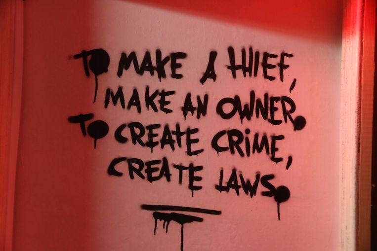 Deze boodschap staat op de muur te lezen in Ieper.