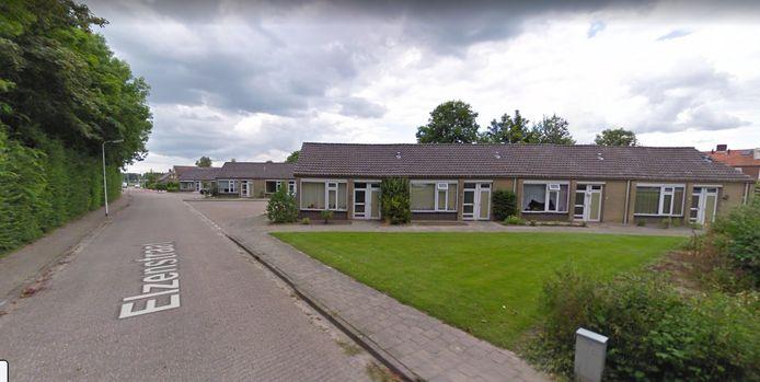 De plek waar de nieuwe huizen komen, aan de Elzenstraat. De oude woningen, hier nog wel op de foto, zijn inmiddels gesloopt.