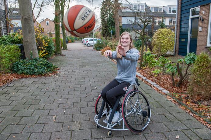 Julia van der Sprong (19). ,,Ik heb nu uitzicht op de Olympische Spelen. Met hockey en met schaatsen was ik nooit zover gekomen.''