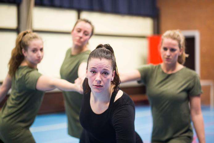 Lieanne Kamphuis en haar drie collega's verbeelden vier emoties in de dansvoorstelling IK.