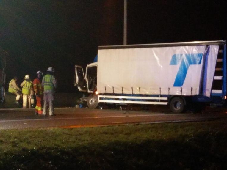De truck kwam dwars op de weg tot stilstand.
