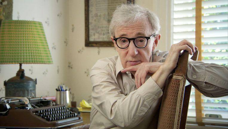 Woody Allen met de typemachine die hij op zijn zestiende kocht, en waar hij op zijn 83ste nog steeds zijn scenario's op schrijft. Beeld x