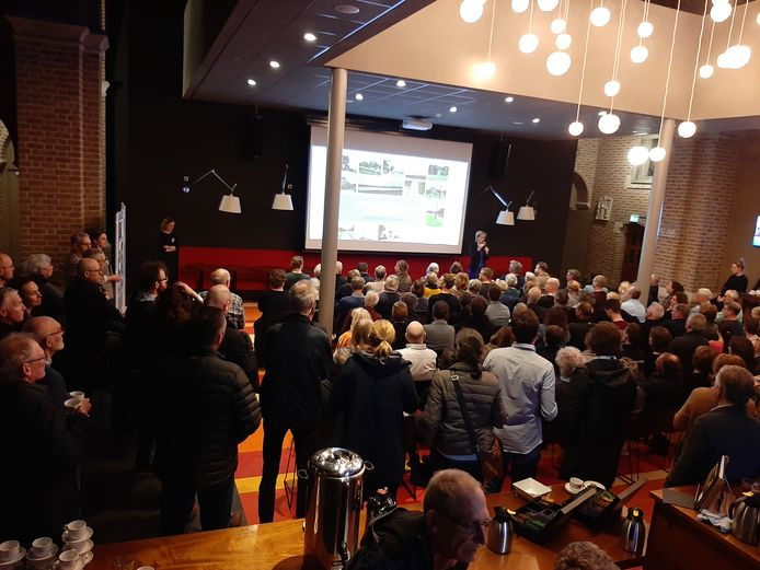 Een volle foyerzaal van de Bemmelse Theaterkerk, afgelopen maart tijdens de eerste informatiebijeenkomst over het bouwplan Zandestraat