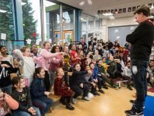 Vuur de vragen maar af op de schoolschrijver: 'We gaan lol trappen met taal'