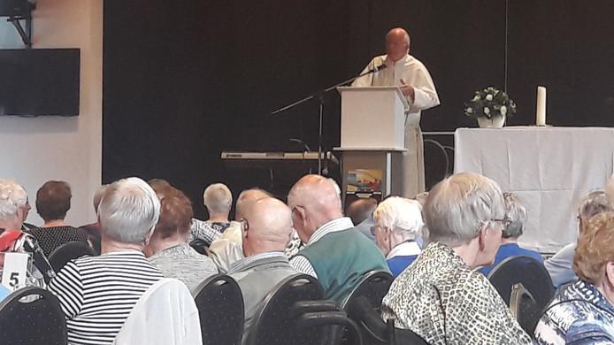 Pastoor Joost Jansen boeit het publiek in De Schakel in Volkel.