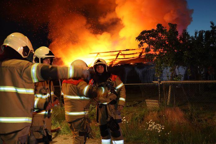 Meerdere eenheden van de brandweer zijn aanwezig in Uden.