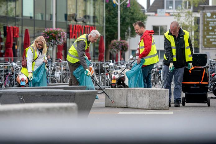 Bewoners van de binnenstad van Arnhem aan de grote schoonmaak. Foto: Gerard Burgers.