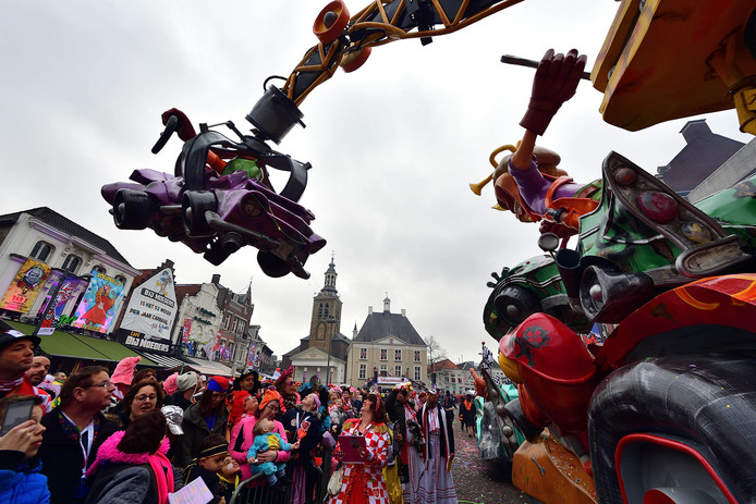 Wagen van bc de begienurs in de carnavalsoptocht van  tullepetaonenstad. Foto peter van trijen / pix4profs