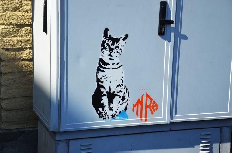 Alsmaar meer graffiti-figuren duiken op in het Ninoofse straatbeeld, zoals deze kat in de Burchtstraat. De meest recente figuren lijken hun mondmasker te hebben afgedaan.