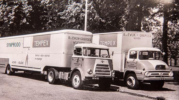 Vrachtwagens van piepschuimfabriek Synprodo in 1953