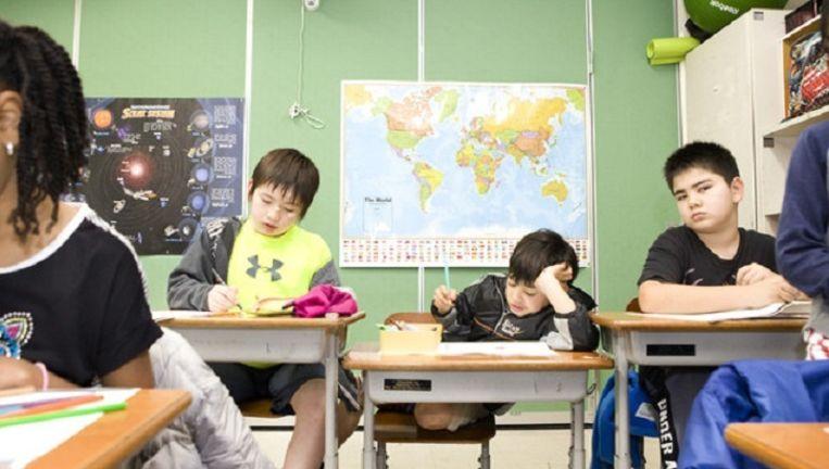 Leerlingen in een klaslokaal van de Amerasian School in Okinawa, Japan. Beeld null