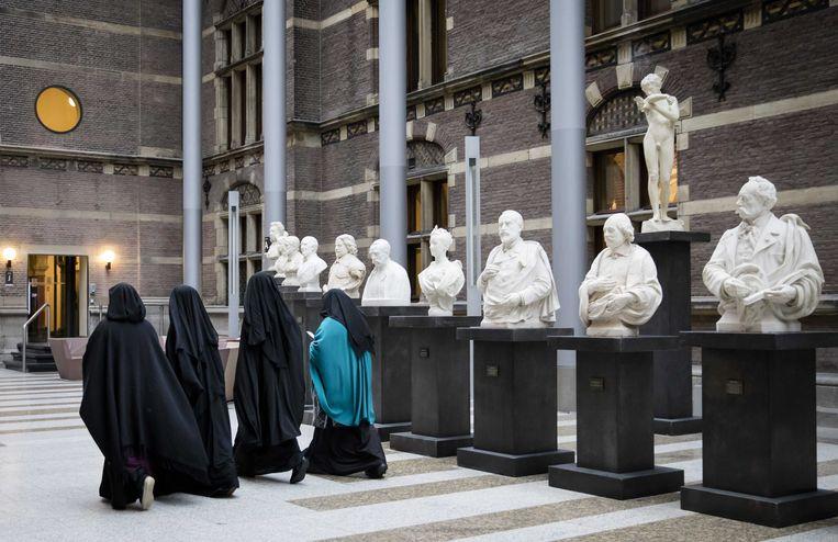 Bezoekers van de Tweede Kamer gekleed in een nikab, voor aanvang van het debat in de Tweede Kamer over gezichtsbedekkende kleding in 2016. Beeld ANP