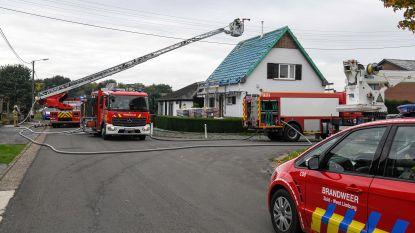 Dak vat vuur tijdens werken in Beverlo