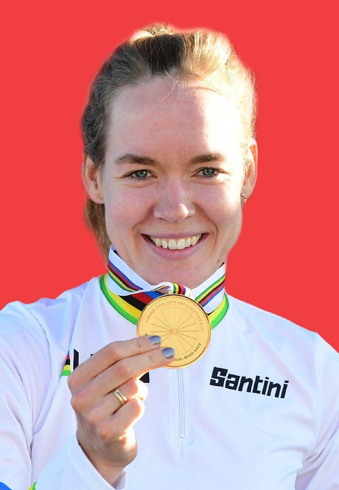 Anna van der Breggen toont haar medaille na het winnen van de wereldtitel op de weg, dit jaar in Italië.
