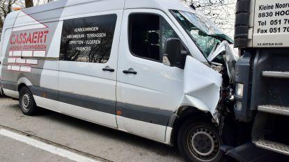 Bestelwagen botst frontaal tegen truck door zwalpende aanhangwagen