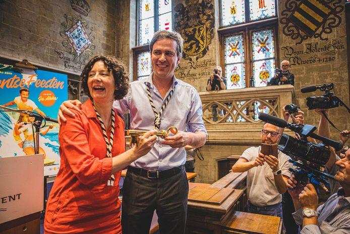 Schepen Storms bij de start van de Gentse Feesten 2019, uitbundig lachend naast burgemeester De Clercq.