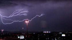 Bliksem zorgt voor spektakel in de lucht tijdens onweer boven Las Vegas