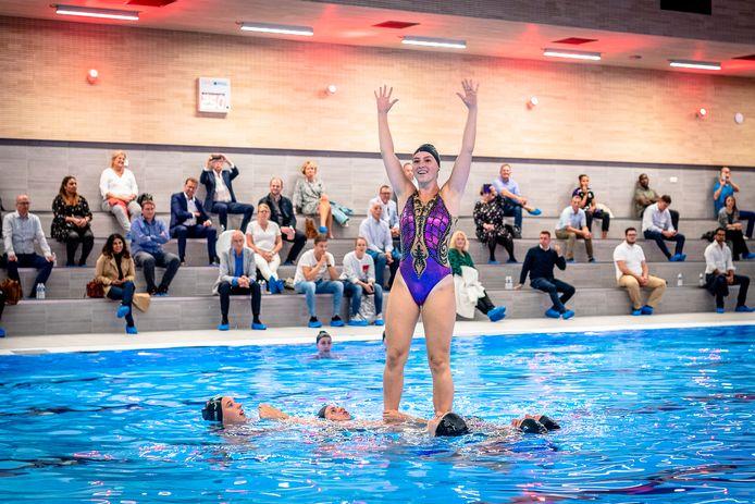 De opening van zwembad Aquapelle in Capelle in september vorig jaar. Volgens de Rekenkamer is de gemeenteraad bewust niet geïnformeerd over extra kosten. Wethouder Nico van Veen ontkent dat.