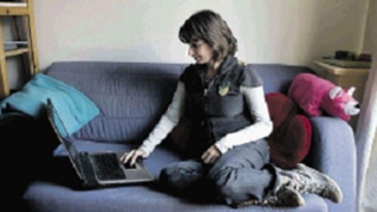 Studente Julia Geislingh is vergroeid met haar laptop. (FOTO HERMAN ENGBERS) Beeld