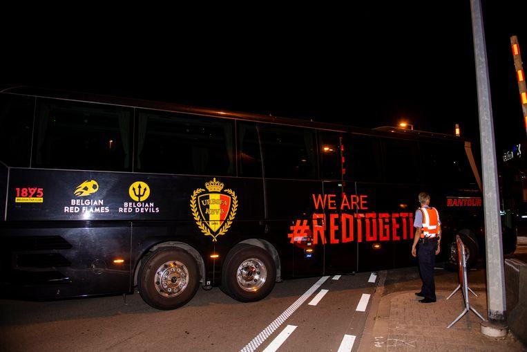 De bus van de Rode Duivels arriveert op Brussels Airport, nadat de Rode Duivels rond half twee deze nacht geland zijn.