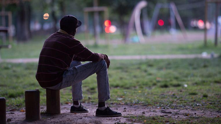 Tientallen migranten kamperen weer in het Maximiliaanpark.