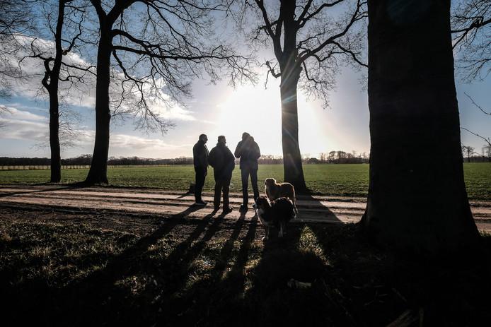 Buurtbewoners kijken vanaf de Bielemansdijk uit op de plek waar het evenemententerrein van Bennie Roozegaarde zou moeten komen.