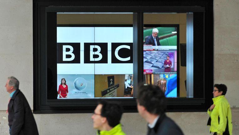 Britten lopen langs het Londense kantoor van de BBC. Beeld AFP