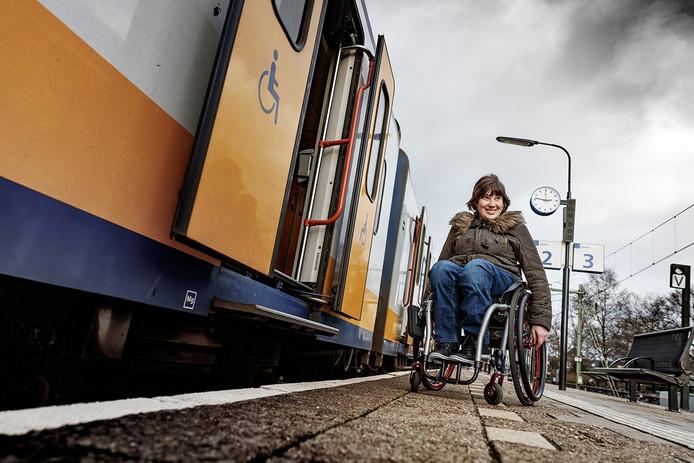 Loes van Rijckvorsel kan niet meer in de trein met haar rolstoel, en is daardoor een boel zelfstandigheid kwijt. Het perron van onder andere station Oudenbosch is met de meeste huidige treinen te laag.