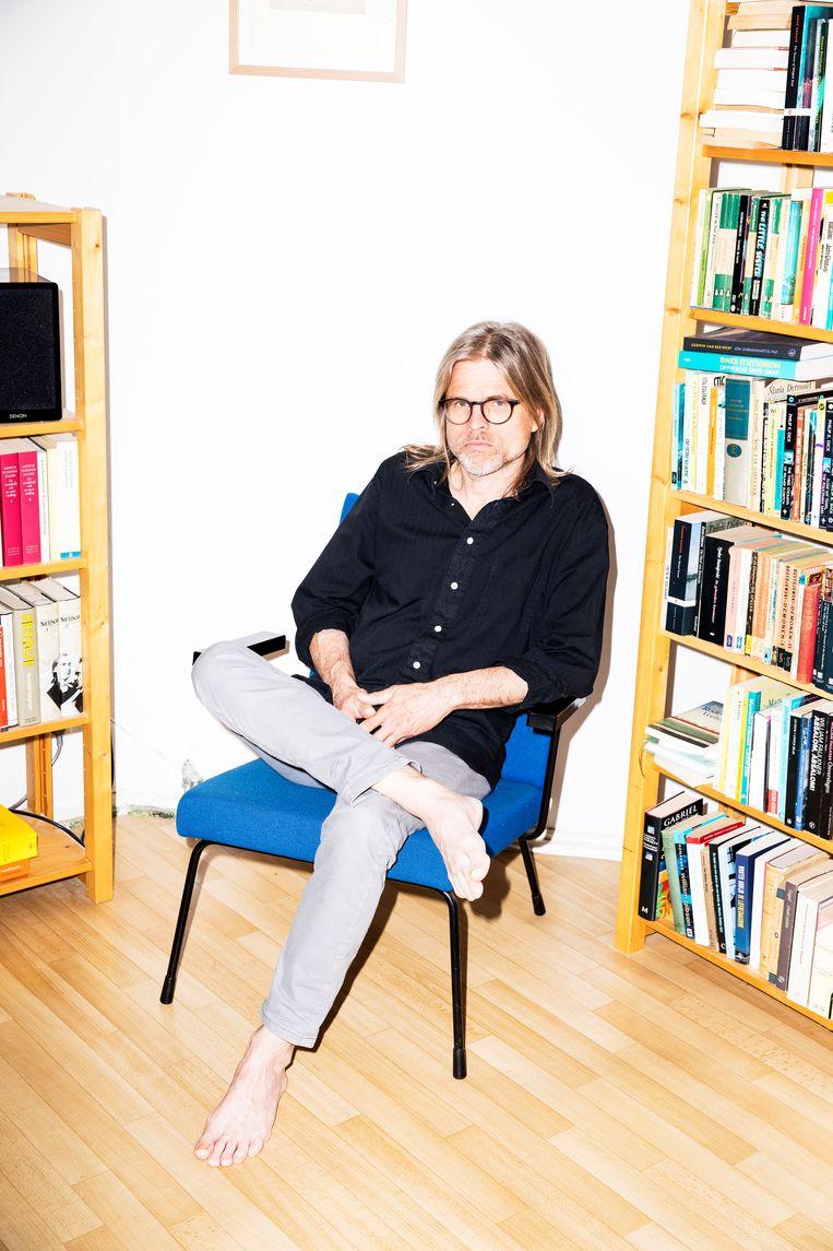 Schrijver Rob van Essen in zijn huis in Amsterdam. Beeld Marie Wanders