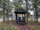 Foto tijdens excursie Peel Natuurdorpen in Oploo. Het houten huisje zoals beschreven in de tekst.