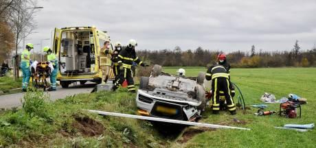 Automobilist over de kop in Udenhout, lichtgewond naar ziekenhuis