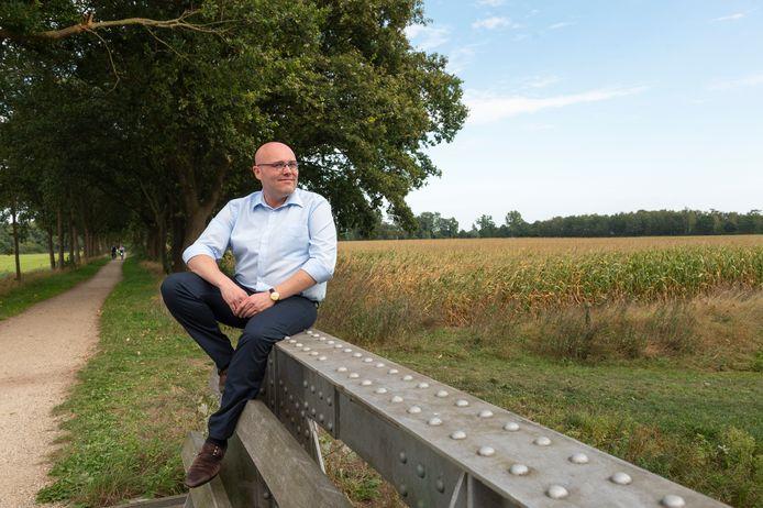 Mark Pot heeft Burgerplatform Berkelland opgericht, oa uit onvrede tegen plannen voor windmolens en zonneparken en hoe de gemeente(lijke politiek) daaraan meewerkt. Hier gefotografeerd in het buitengebied van Neede nabij zijn huis.