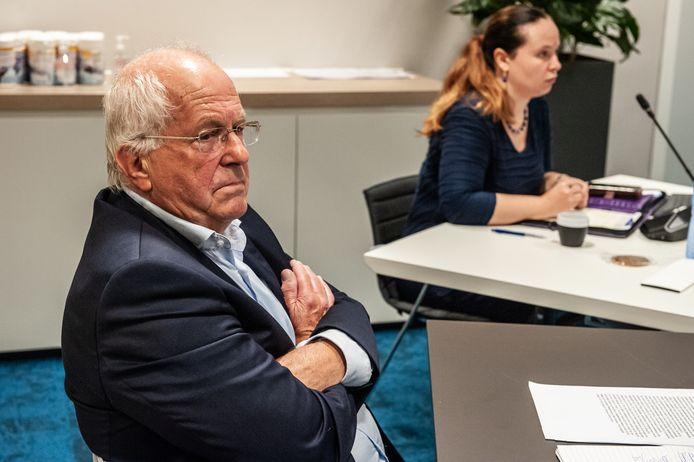 De opgestapte wethouder Martin Kraaijestein tijdens het spoeddebat in het gemeentehuis van Waddinxveen.