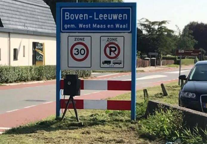 Bewoners zetten een nepflitskast aan de straat in Boven-Leeuwen.