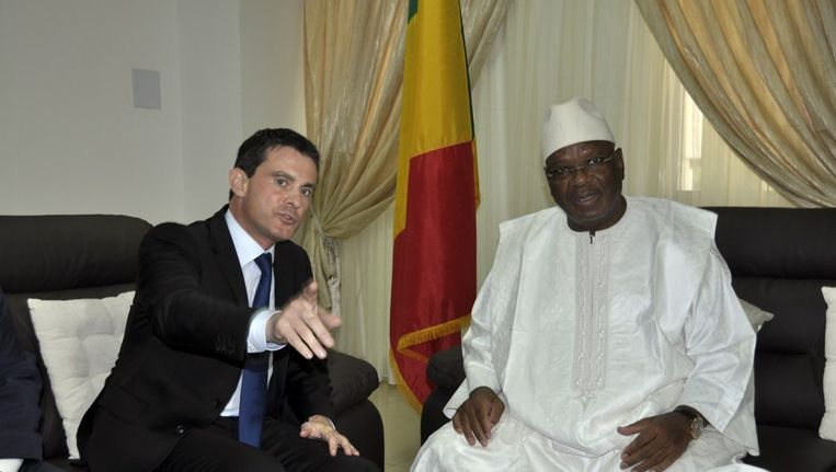 De Franse minister van binnenlandse zaken Manuel Valls en de Malinese president Ibrahim Boubacar Beeld afp