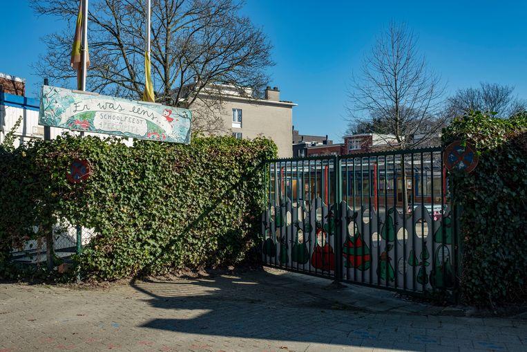 De speelplaats van De Perenpit ligt al sinds juli 2017 achter slot en grendel.