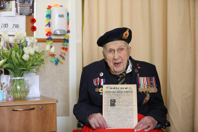 De Canadese oorlogsveteraan Fred Arsenault toont de krant die hij uit Zwolle kreeg opgestuurd.