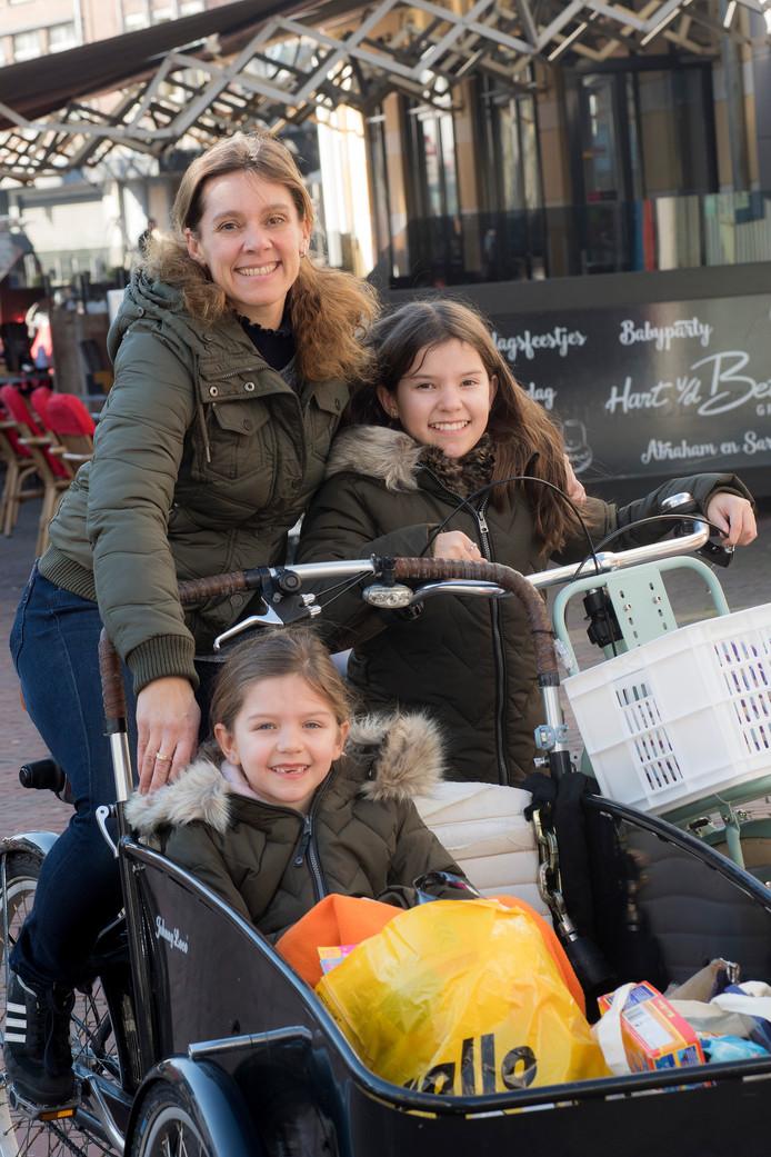 Renée Schouwenaar met haar dochters Indy (rechts) en Quinte.