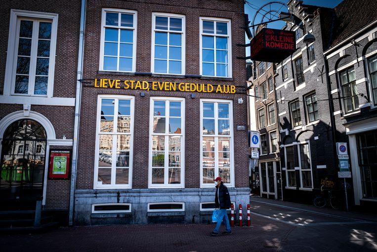 Theater De Kleine Komedie in Amsterdam met een speciale coronatekst op de gevel.  Beeld Hollandse Hoogte / Ramon van Flymen
