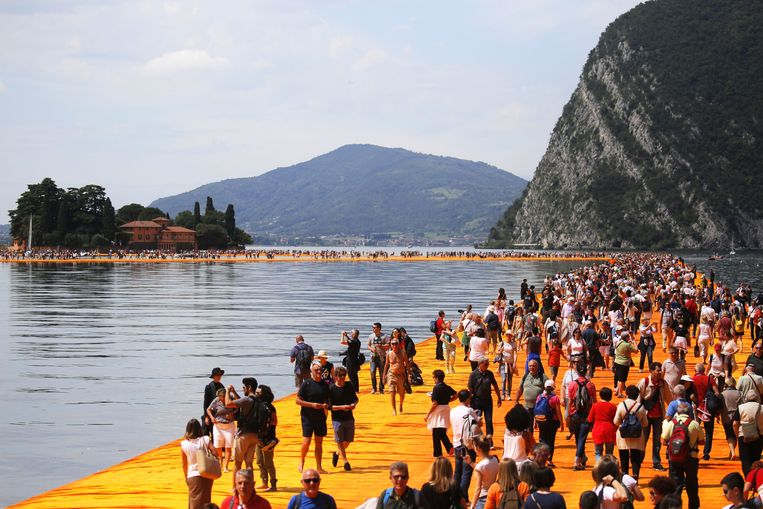 'The Floating Piers' (Drijvende pieren) van Christo in het Iseo-meer, in Noord Italë. Beeld AFP