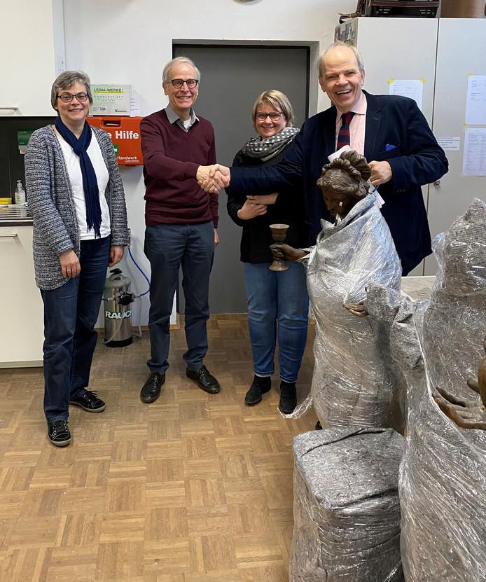 Wim Brooijmans (tweede van links) geeft Christoph Stiegemann een hand bij de overhandiging van de Wouwse topstukken. De laatste is directeur van het Erzbischöfliches Diözesanmuseum und Domschatzkammer in Paderborn.