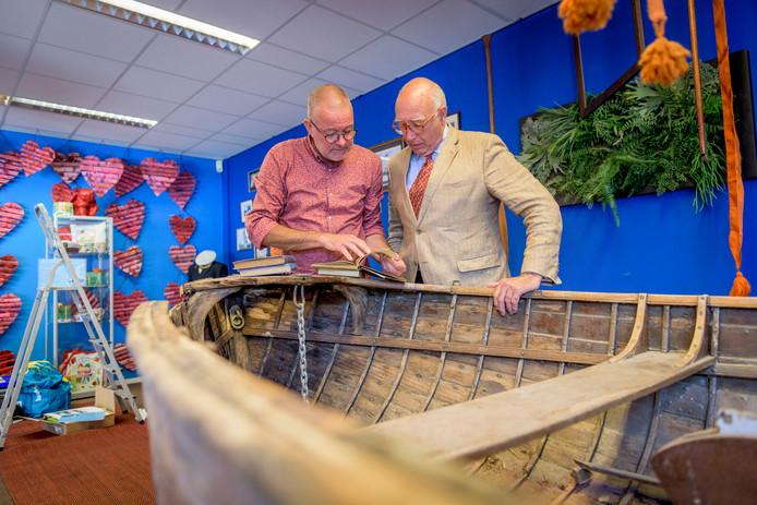 ALMELO - Egbert ten Cate was tot 1 juli kamerheer van eerst Beatrix en daarna Willem-Alexander. Zaterdag opende hij een expositie rond de koninklijke sloep in Almelo bij Huis van Katoen. Ten Cate (rechts) samen met Coen ten Heggeler EDITIE: REGIO FOTO: Emiel Muijderman EVM20180712