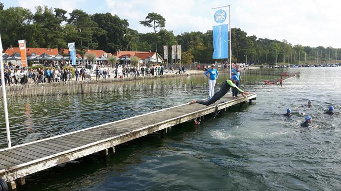 Ruud van Nistelrooij springt het water in bij de Swim to Fight Cancer in Vught.