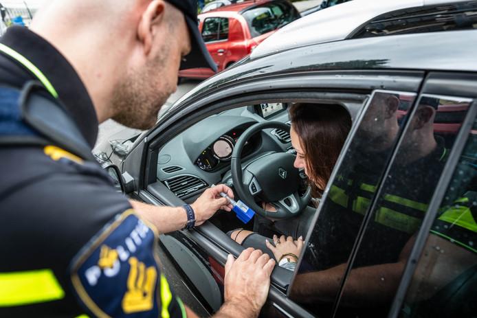 Archiefbeeld: Een agent neemt tijdens een verkeerscontrole een speekseltest af. Vanaf 1 juli 2017 mag de politie dat doen om drugsgebruik in het verkeer aan te tonen.